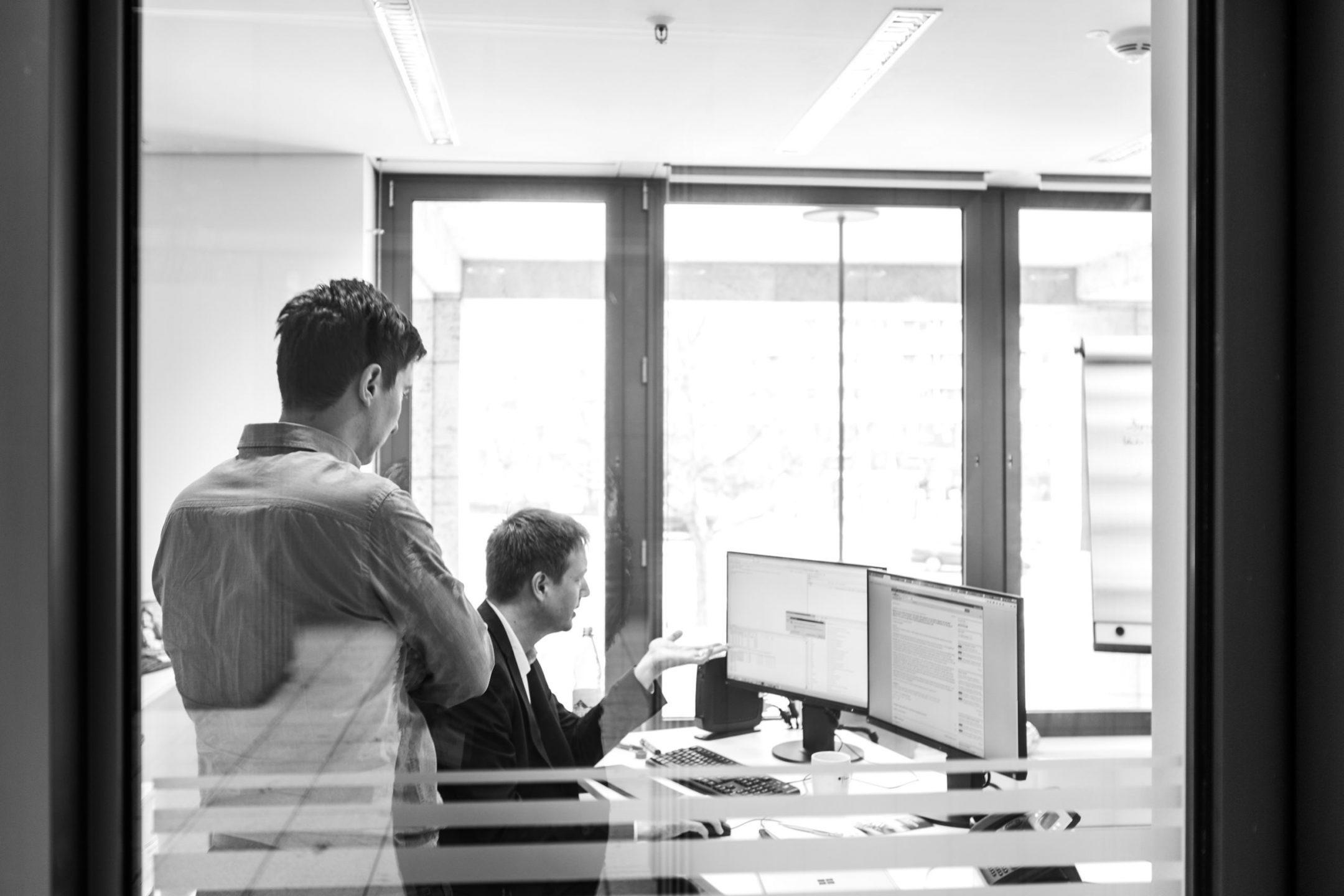 Wissenschaftler des InGefs diskutieren Arbeitsergebnisse am Bildschirmarbeitsplatz